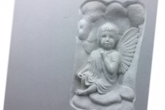 083 Plaskorzezba aniolka z piaskowca, rzezbiarz Janusz Moroń