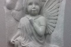 084 Plaskorzezba aniolka z piaskowca