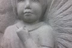 085 Plaskorzezba aniolka z piaskowca, rzezbiarz Janusz Moroń