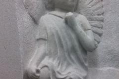 086 Plaskorzezba aniolka z piaskowca, rzezbiarz Janusz Moroń