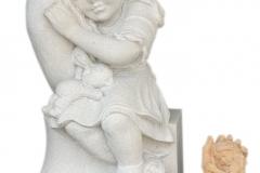 118 Rzezba dziewczynki w dloni z piaskowca wykonana na wzor figurki drewnianej , woj.wielkopolskie